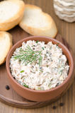 Il patè del pesce affumicato con panna acida, aneto, ha tostato il pane, vista superiore Immagini Stock