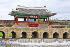 """Il patrimonio mondiale dell'Unesco della Corea colloca portone di acqua della fortezza di Hwaseong del †"""" Immagini Stock Libere da Diritti"""