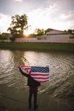 Il patriota ispirato degli Stati Uniti giudica la bandiera nazionale all'aperto Fotografie Stock Libere da Diritti