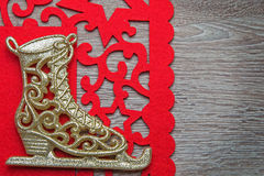 Il pattino da ghiaccio del nuovo anno con il tovagliolo rosso fotografie stock libere da diritti