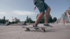 Il pattino viene a mancare Skateboarder che pattina e che cade facendo i trucchi in una via Movimento lento archivi video