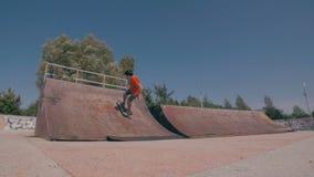 Il pattino viene a mancare Skateboarder che pattina e che cade facendo i trucchi in una via Movimento lento stock footage