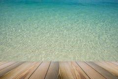 Il pavimento di legno con la vista di paesaggio di bello chiaro fondo cystal del mare Fotografia Stock