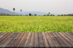 Il pavimento di legno d'annata con mattina ed il riso sistemano il fondo Fotografia Stock