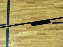 Il pavimento di legno della palestra con il campo da giuoco allinea, legno duro del parquet nella corte della scuola Fotografie Stock Libere da Diritti