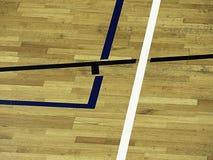 Il pavimento di legno della palestra con il campo da giuoco allinea, legno duro del parquet nella corte della scuola Fotografia Stock Libera da Diritti