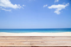 Il pavimento di legno sul cielo della radura della sfuocatura e l'isola tirano il fondo in secco dell'estate Fotografia Stock