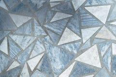 Il pavimento o la superficie ha allineato con le lastre di marmo della forma triangolare Fotografia Stock