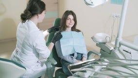 Il paziente attraente lentamente di fucilazione dello steadikam è venuto a vedere che il vostro medico di The del dentista di med video d archivio