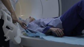 Il paziente della ragazza si trova sull'imaging a risonanza magnetica del dispositivo Primo piano stock footage