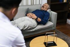 Il paziente depresso sta ottenendo il trattamento da uno psicologo Fotografia Stock