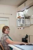 Il paziente durante la mano fa i raggi x dell'esame immagine stock libera da diritti