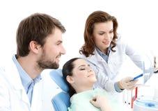 Il paziente esamina la foto del raggio di x dei denti Fotografie Stock Libere da Diritti