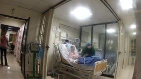 Il paziente malato ha assistito da medico in un'unità di cure intensive ICU archivi video