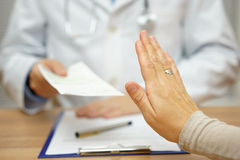 Il paziente sta rifiutando la prescrizione medica per la malattia fotografie stock libere da diritti