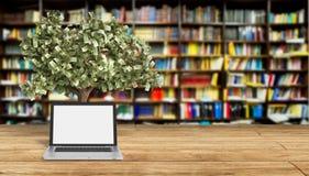 Il pc vuoto nero dello schermo con il fondo librury 3d dell'albero dei soldi si strappa Fotografia Stock