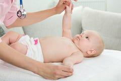 Il pediatra esamina il bambino Immagini Stock Libere da Diritti