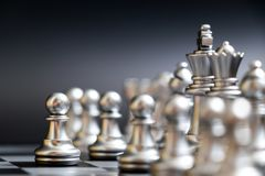 Il pegno d'argento ha primo movimento nel gioco di scacchi su fondo nero immagini stock