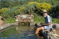 Il pellegrino prende il pediluvio in bacino dell'acqua Immagini Stock Libere da Diritti