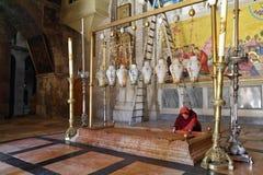 Il pellegrino in vestiti rossi Fotografie Stock