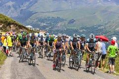 Il Peloton in montagne di Pirenei Fotografia Stock Libera da Diritti