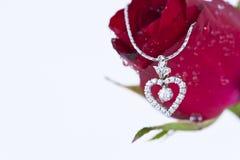 Il pendente del cuore con il diamante ed il colore rosso è aumentato Immagini Stock Libere da Diritti
