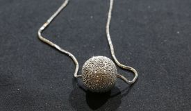 Il pendente di alluminio elegante ha funzionato con le sfaccettature molto brillanti di Ne Fotografia Stock