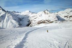 Il pendio dello sci in alpi Fotografia Stock Libera da Diritti