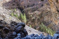 il pendio roccioso nella priorità alta, ma avanza sulla parete della collina Fotografia Stock