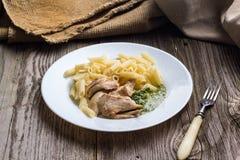 Il penne della pasta con il pollo ed il prezzemolo casalingo sauce fotografia stock libera da diritti