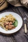 Il penne della pasta con il pollo ed il prezzemolo casalingo sauce immagine stock libera da diritti