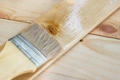 Il pennello con la pittura ad olio della gomma lacca su legno fotografie stock