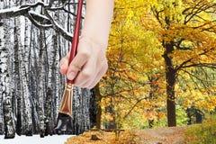 Il pennello dipinge gli alberi nudi neri nelle parti anteriori dell'inverno Immagini Stock