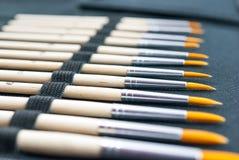 Il pennello ha messo con la tavolozza di miscelazione su fondo bianco Fotografia Stock