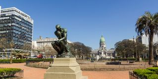 Il pensatore da Rodin sul monumento del quadrato del congresso a Buenos Aires immagini stock libere da diritti