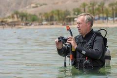 Il pensionato è operatore subacqueo subacqueo con il respiratore in mare In apnea operatore subacqueo ricreativo in attrezzatura  fotografia stock