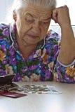 Il pensionato conta i soldi immagine stock