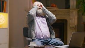 Il pensionato ha ottenuto la sofferenza di cattive notizie con il dolore e disperare stock footage