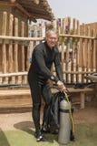 Il pensionato, operatore subacqueo subacqueo sta smontando l'attrezzatura dopo immersione in profondità Scuola di immersione suba immagine stock