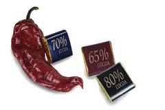 Il peperone ed i cubi di cioccolato con un contenuto del cacao di differiscono Immagini Stock