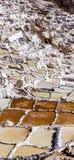 Il Perù, saline di Maras, evaporazione del sale accumula fotografia stock libera da diritti