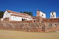 Il Perù, vista di un villaggio tradizionale con rovina del Inca fotografia stock