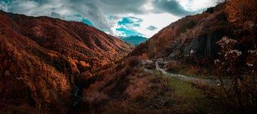 Il percorso che va lungo il River Valley ha circondato dalle montagne contro il cielo blu con le nuvole del wight Fotografie Stock