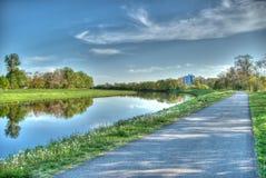 Il percorso lungo il fiume Immagini Stock