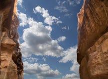 Il percorso lungo 1.2km (Siq) alla città di PETRA, Giordania Fotografia Stock