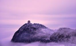 Il percorso spirituale del ` s del monte Emei è lungo e lontano, copertura della nebbia della montagna della nuvola alla luce dor immagini stock