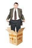 Il perdente compare fuori dalla scatola di cartone e mostra le tasche vuote Fotografia Stock