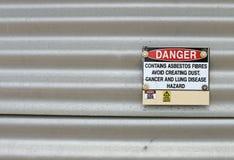 Il pericolo, contiene il segnale di pericolo dell'amianto Fotografia Stock