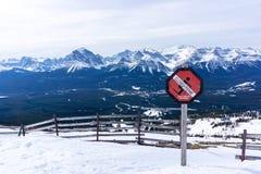 Il pericolo della valanga firma dentro il canadese Montagne Rocciose immagine stock libera da diritti