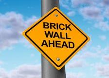 Il pericolo di ostacolo del segno di via della strada del muro di mattoni avanti Fotografia Stock Libera da Diritti